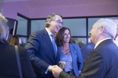 El presidente de Laboratorios CINFA, Enrique Ordieres, junto a la farmacéutica y contadora del Consejo General de Colegios Oficiales de Farmacéuticos, Cristina Tiemblo.