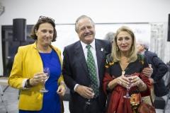 La directora del Liceo Francés de Bilbao, Magdalena Solabarrieta, junto al vicepresidente de Farmamundi, Michel Catapodis, y la informática  Patricia Elorriaga.
