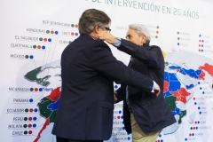 El primer presidente de Farmamundi, Paco Clemente, recoge la insignia de plata conmemorativo de manos de Ricard Troiano.