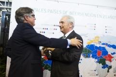 El  ex presidente de Farmamundi, Jesús Bellver, recoge el pin de plata conmemorativo de manos de Ricard Troiano.