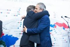 El  ex presidente de Farmamundi, José Luis Daroqui, recoge el pin de plata conmemorativo de manos de Ricard Troiano.