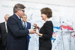 La delegada de Farmamundi en la Comunidad Valenciana, Carmen Luisa Trullenque, recogió las insignias de plata en nombre de las expresidentas, Mavira Comín y Paloma Navarro, que no pudieron asistir al evento.