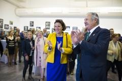 La directora del Liceo Francés de Bilbao, Magdalena Solabarrieta, y el vicepresidente de Farmamundi, Michel Catapodis.