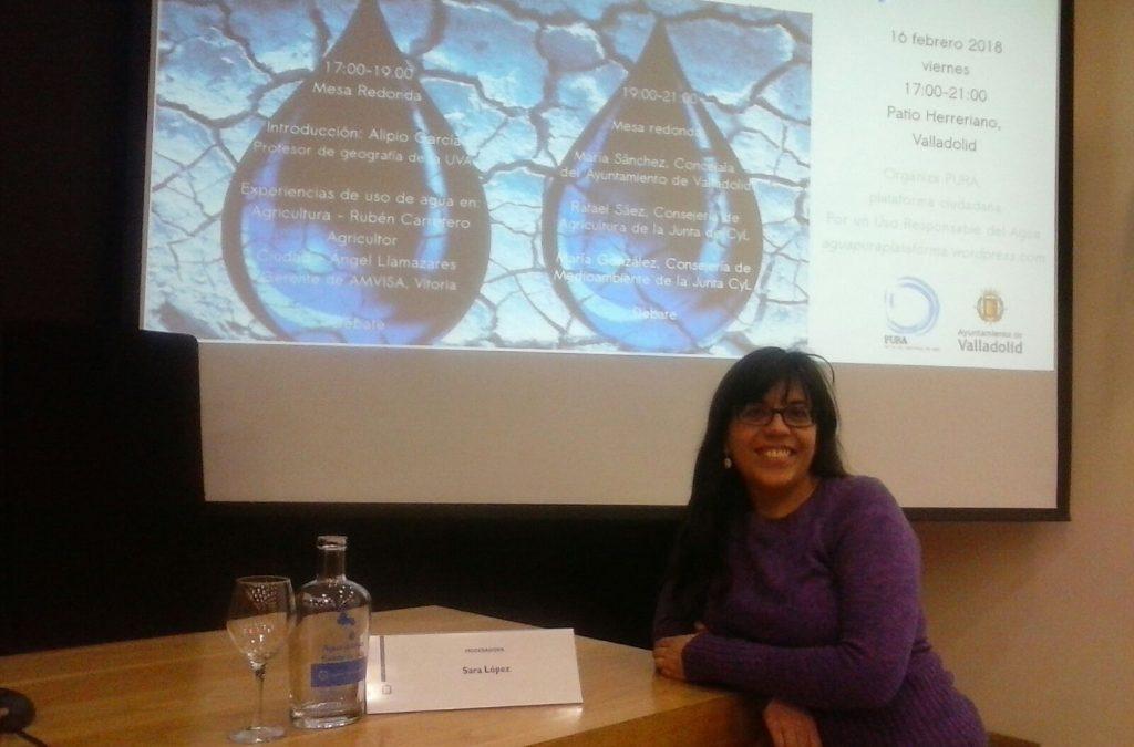Sara López en la donación de botellas, en el Ayuntamiento de Valladolid