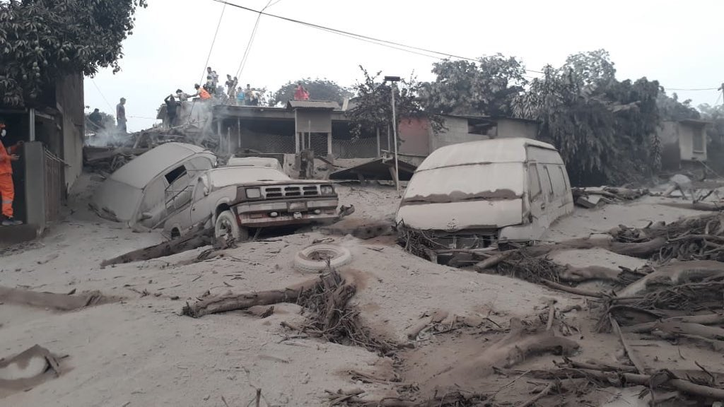 Las familias afectadas por la erupción del volcán en Guatemala reciben atención sanitaria de emergencia