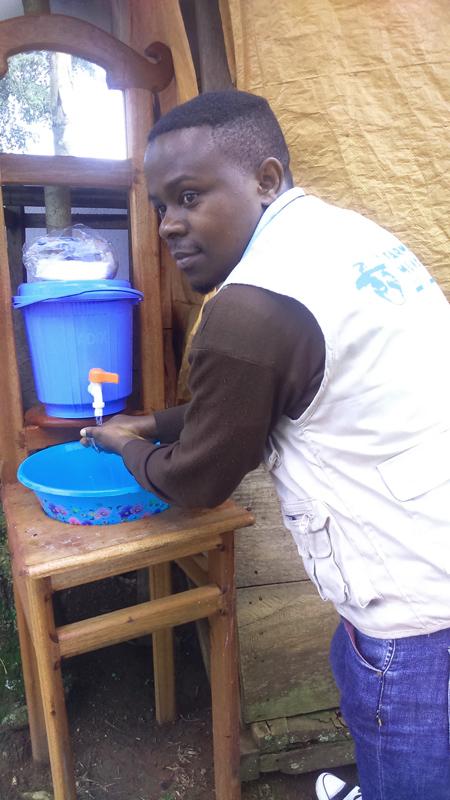 Farmamundi ha incorporado una estación de lavado de manos previa a la entrada en la sede de Congo