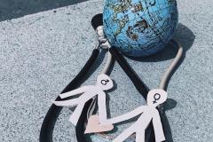 Tres elementos (estetoscopio, globo terráqueo y dos personas de género masculino y femenino) enlazados entre sí para representar una sanidad universal e igualitaria para todas las personas. Según la Organización Mundial de la Salud, en los países en desarrollo unos 2.000 millones de personas carecen de acceso a medicamentos esenciales.  Manuela Areán Rosabianca, 5 de abril de 2018, Gijón, Asturias.