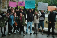 Estudiantes de Trabajo Social se manifiestan pidiendo el acceso universal a la salud, teniendo en cuenta la interculturalidad y la equidad de género.  Más de 400 millones de personas no tienen acceso a los servicios básicos de salud, siendo las mujeres las más perjudicadas en los países más pobres, según Manos Unidas.  Yazmin Tejerina, 28 de marzo de 2018, Universidad Laboral de Gijón.