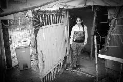 """En el año 2015, en España, alrededor de 9.000 familias de etnia gitana continúan viviendo en situación de infravivienda. Se constata un envejecimiento prematuro de estas personas y una disminución de su esperanza de vida, que en algunas ocasiones puede alcanzar los 15 años, si lo comparamos con la población paya.   Ana Sampedro Fernández, 7 de abril de 2018; Poblado chabolista de """"La Paxarada"""", Luanco, municipio de Gozón."""