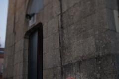 Obrigadas á mendicidade. Xitanas romanesas son obrigadas a vir a España para ser vítimas das mafias da mendicidade, impoñéndolles saír ás rúas e vivir en precarias condicións para ser as súas escravas.   Con medidas políticas e educativas podemos darlle apoio a estas mulleres para acompañalas a saír desta situación de precariedade.   Stefany Sanabria Fernandes.  18 de outubro de 2018, Iglesia de San Lázaro, Santiago de Compostela.