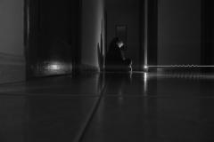 Depresión, un cárcere invisible. Na actualidade a depresión converteuse nunha enfermidade silenciosa que consume a milleiros de persoas (máis de 135.000 persoas en Galicia, a taxa máis elevada do estado español)  e cuxa visibilización se mantén nas sombras, ignorando porcentaxes, sectores de poboación afectada… Un trastorno que conleva unha loita interna para quen o padece e cuxo único apaciguante na maioría dos casos son medicamentos de efecto somnífero, os cales só conseguen enturbar os pensamentos e a percepción da realidade. Patricia Giao Taboada, Saleta Marque Seoane, Noelia Neira Taboada, Diana Outeda Baños. 17 de outubro de 2018, Santiago de Compostela.