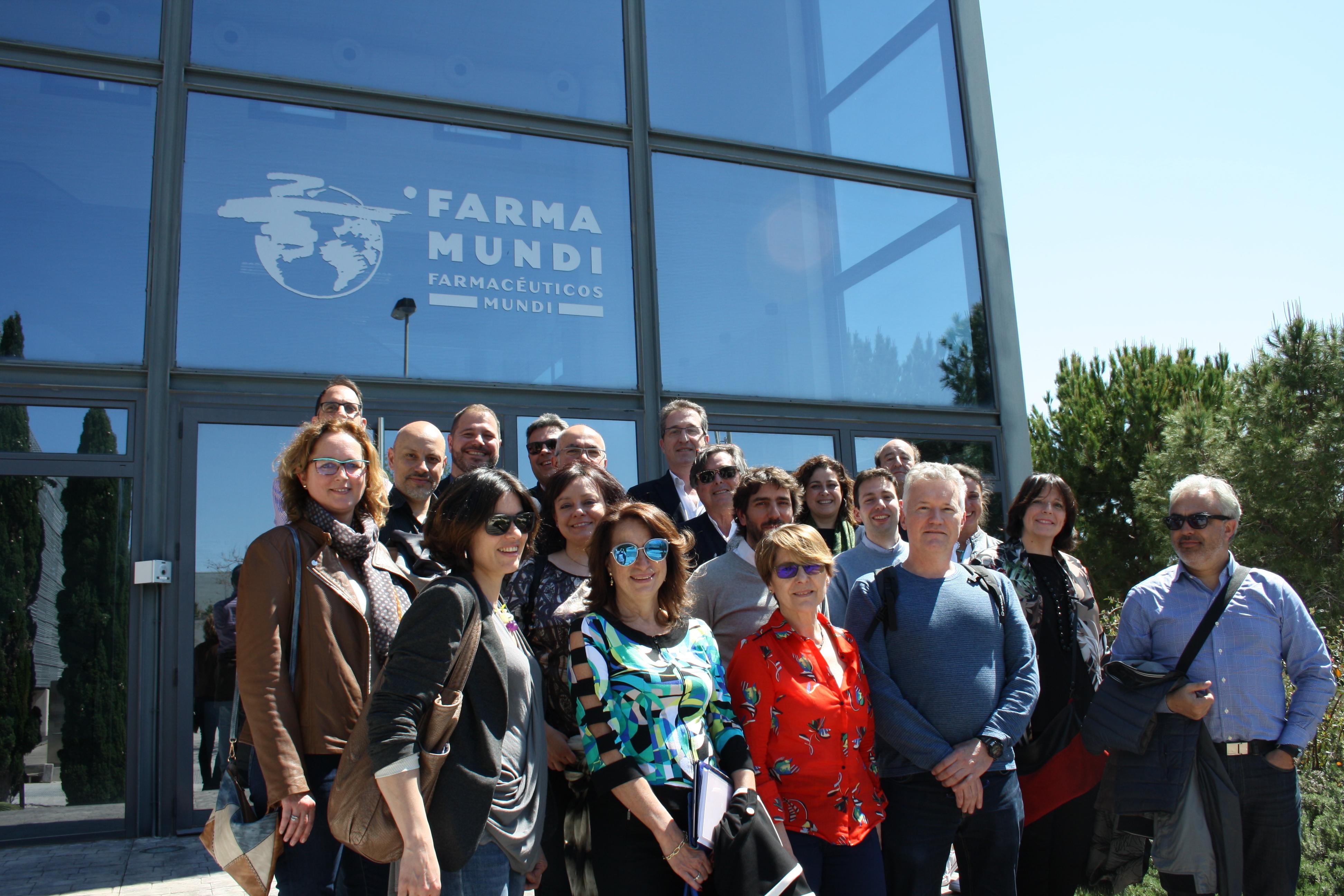 Los Colegios de Farmacéuticos de Aragón se alían con Farmamundi y visitan su almacén de medicamentos