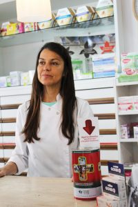 María tiene la hucha Farmamundi en su farmacia
