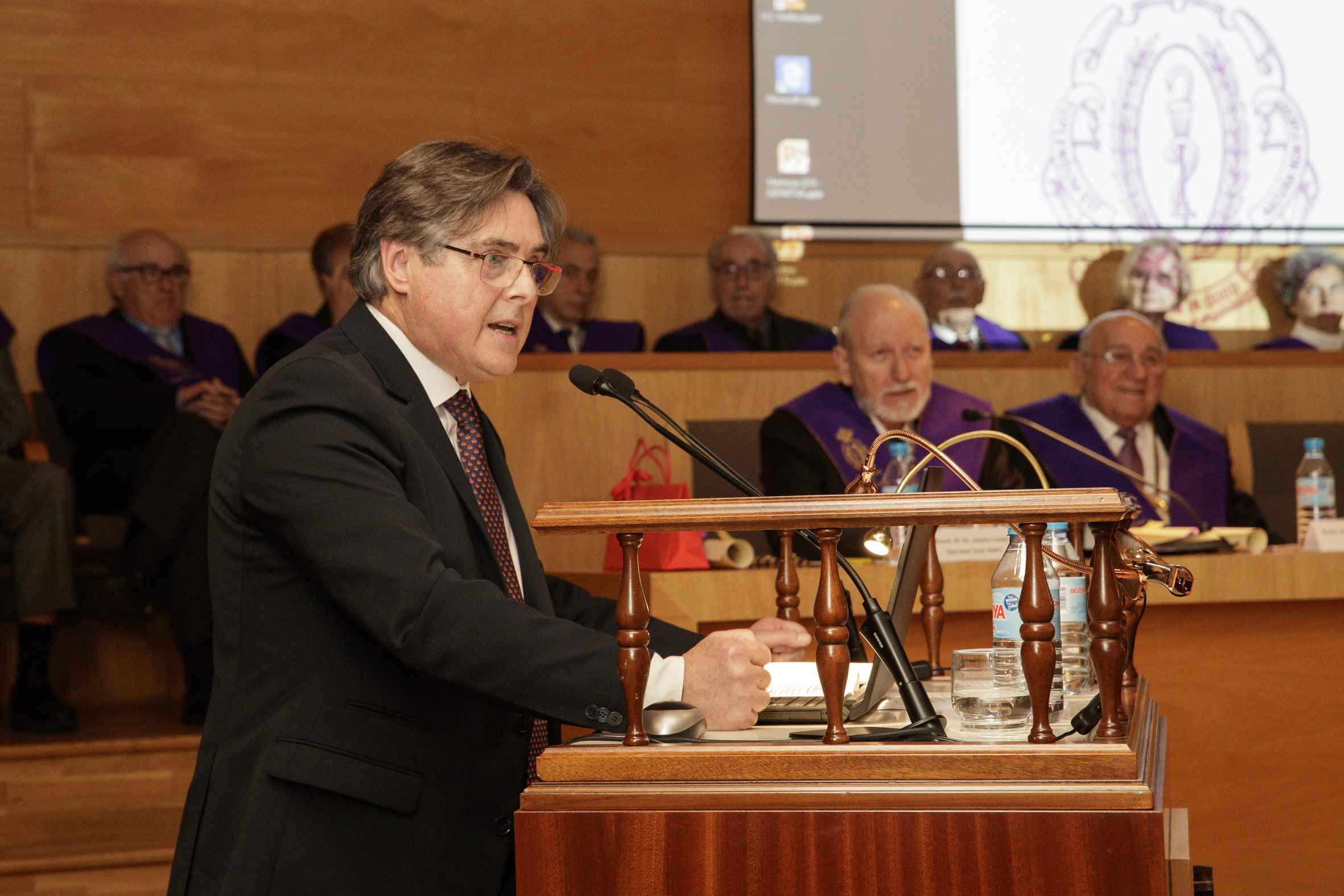 El presidente de Farmamundi recibe el XXII Premio de la Reial Acadèmia de Farmàcia de Catalunya