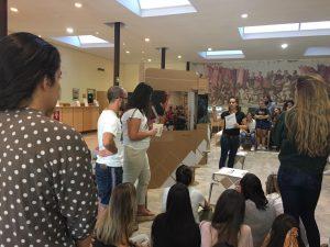 Más de 50 estudiantes de la Factultad de Medicina han acudido a la presentación oficial de la exposición fotográfica 'Salud y género'