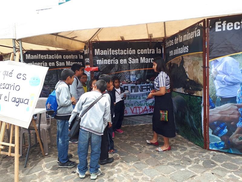Defensoras de derechos humanos en Guatemala organizan sesiones de sensibilización contra los mega proyectos ambientales de su zona