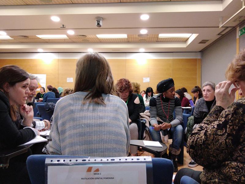 Profesionales de la educación y del sector sanitario, así como personas del mundo de las ONGD participaron con las mujeres migrantes de Valencia en esta mesa de concertación organizada por Farmamundi
